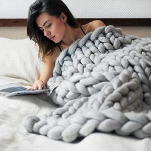 Одеяло, связанное гигантскими спицами