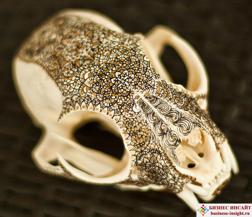Декоративный череп с золотой мандалой Локи рысь