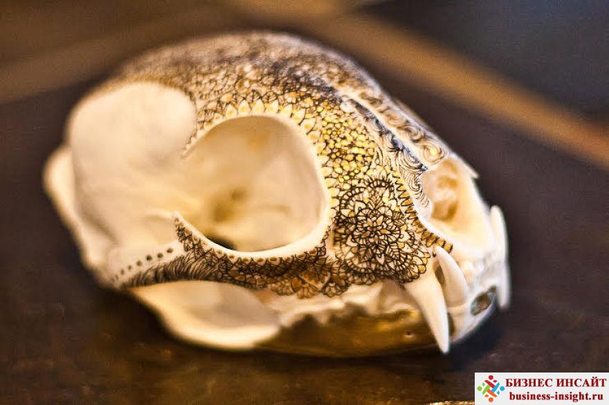 Декоративный череп с золотой мандалой Мандала рысь