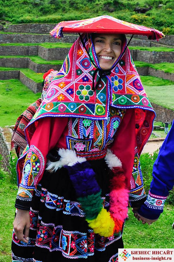 Перуанская невеста в священной долине около Куско, Перу