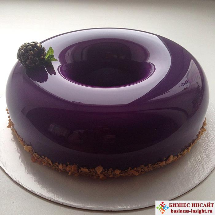 Кекс, покрытый зеркальным мрамором