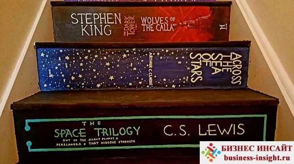 Лестница в виде книжных обложек