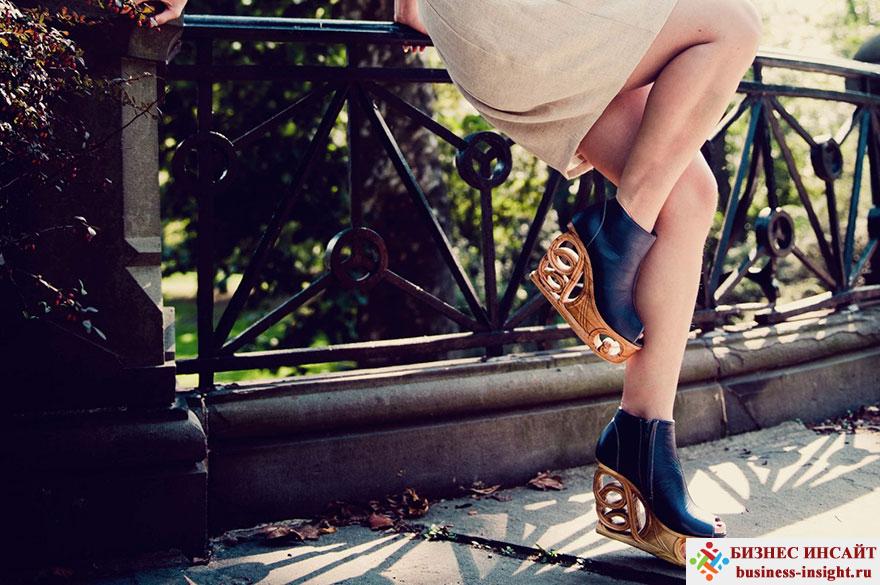 Обувь на деревянных резных каблуках