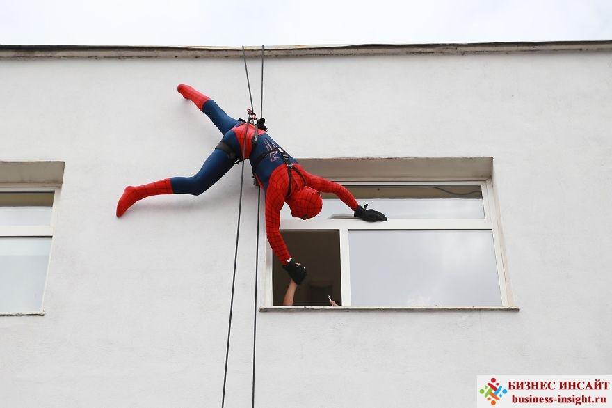 Супергерои делают подарки детям
