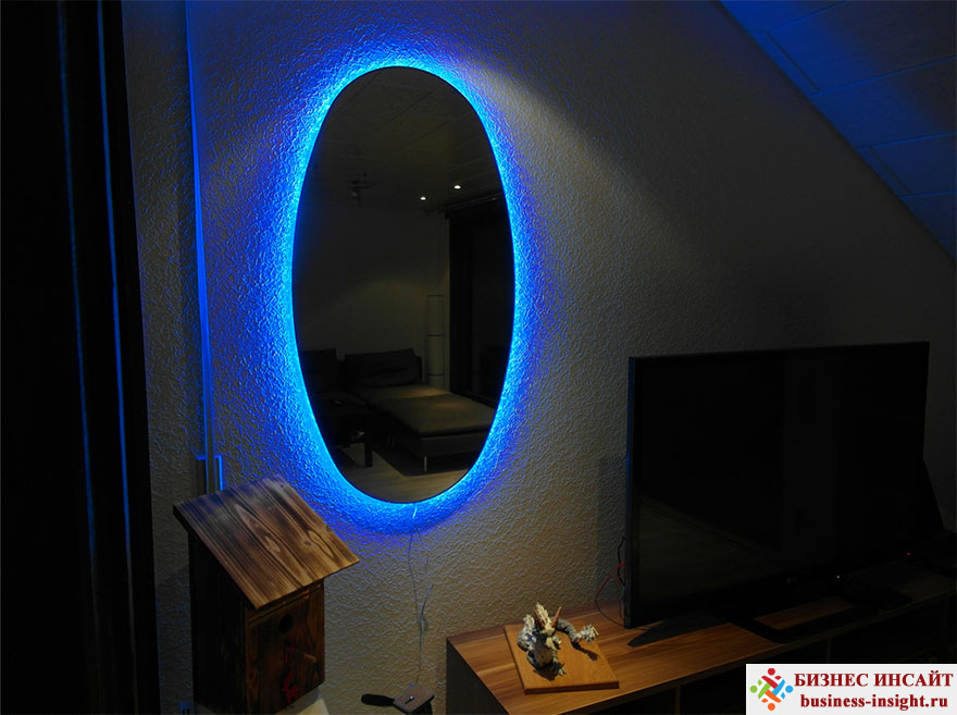 Зеркало-портал – хороший способ украсить комнату
