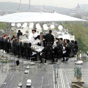 Обед в ресторане, подвешенном в воздухе
