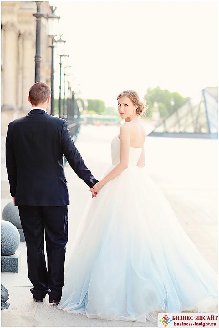Модная тенденция: белое свадебное платье с цветным низом