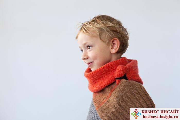 Теплый шарф в виде животного, которое кусает себя за хвост