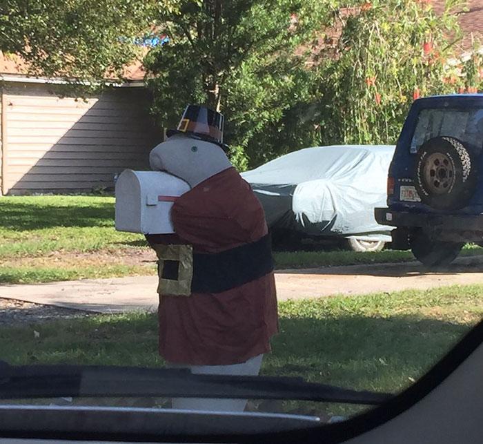 Необычный почтовый ящик перед домом