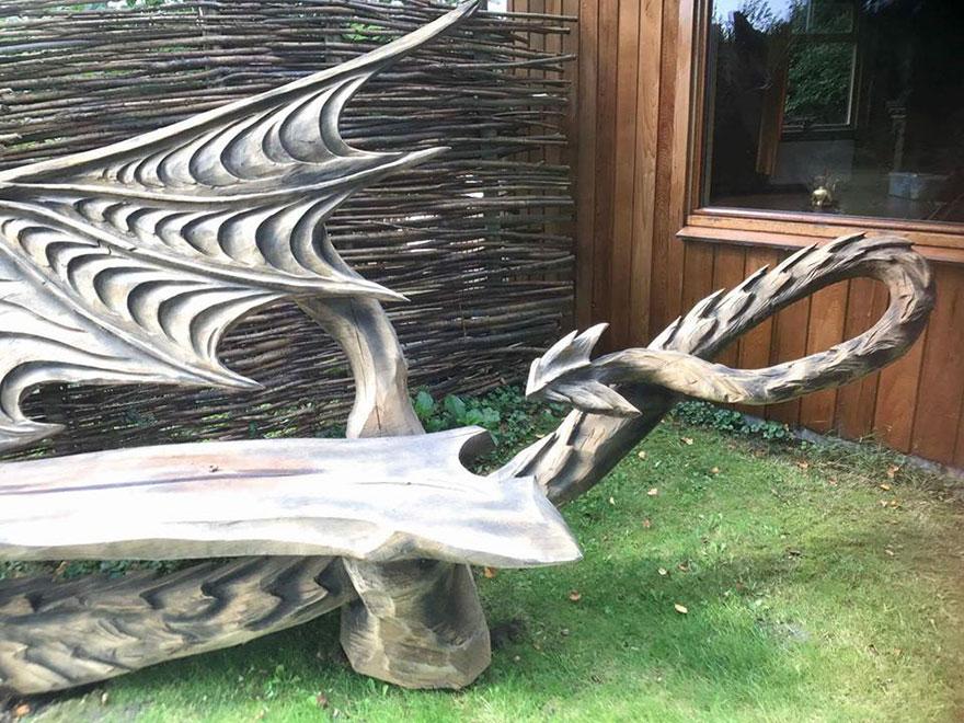 Деревянная лавка в виде дракона