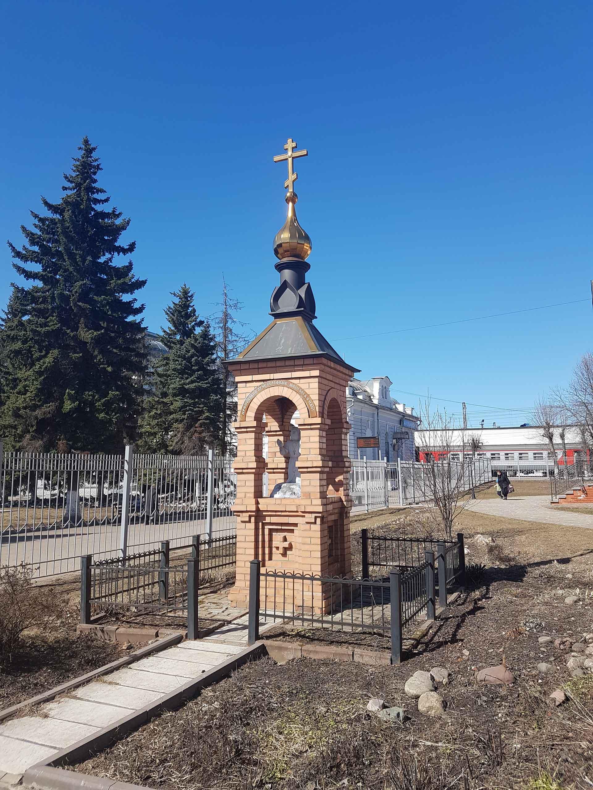 Александров, часовенный столб со скульптурой на территории Храма Преподобного Серафима Саровского