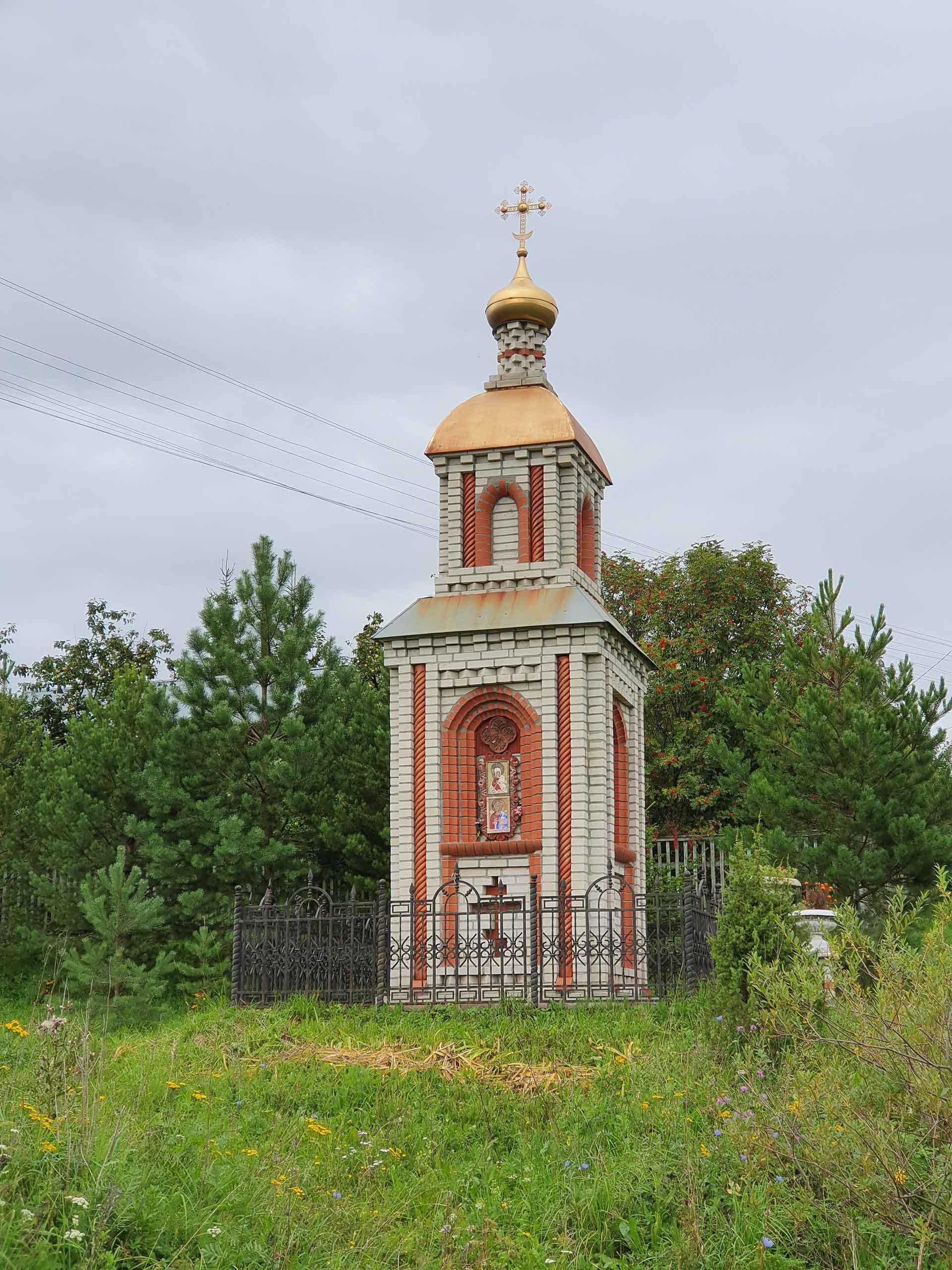 В современной часовне, выполненной из кирпича, интерпретируются элементы древнерусской церковной архитектуры