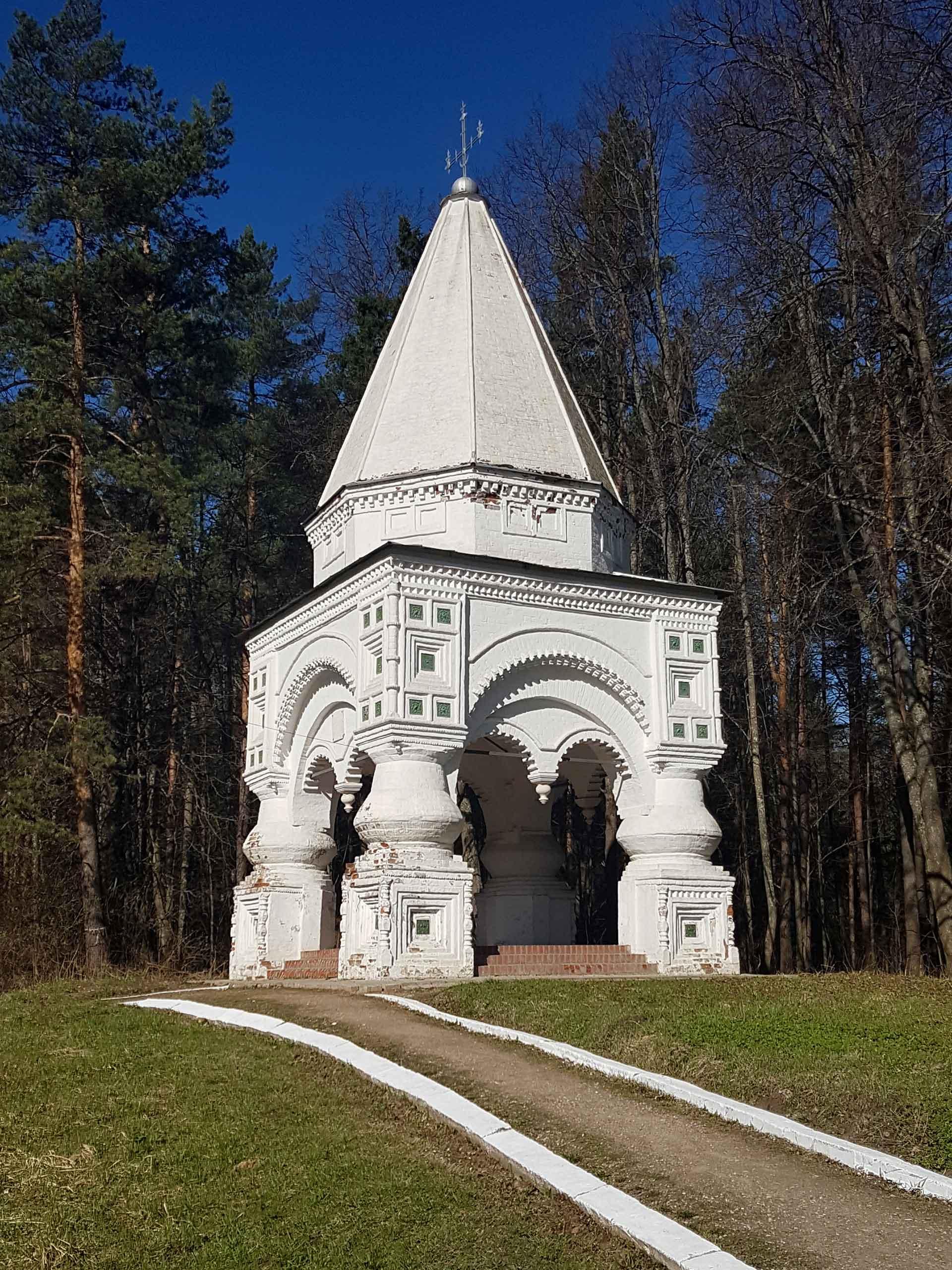 Часовня «Крест», Переславль-Залесский, XVI в. На сегодняшний день является точкой притяжения для сотен верующих